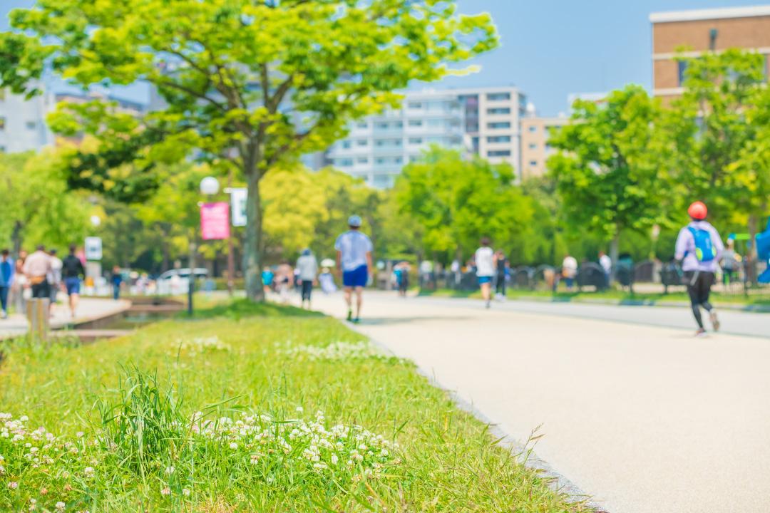 健康を気にしながら何もしない人、 健康を意識せずに身体を動かす人。