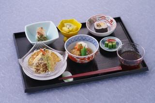 本格的な料理を提供。 朝食540円、夕食880円(税込)